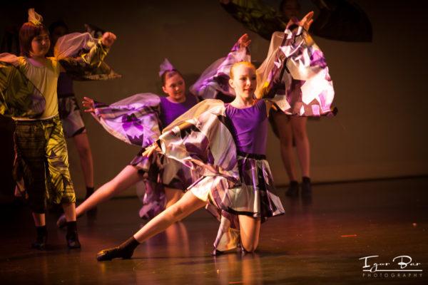 Image enfants sur la scène en spectacle école La Fantaisie Danse